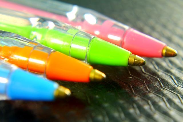 sada barevných propisek