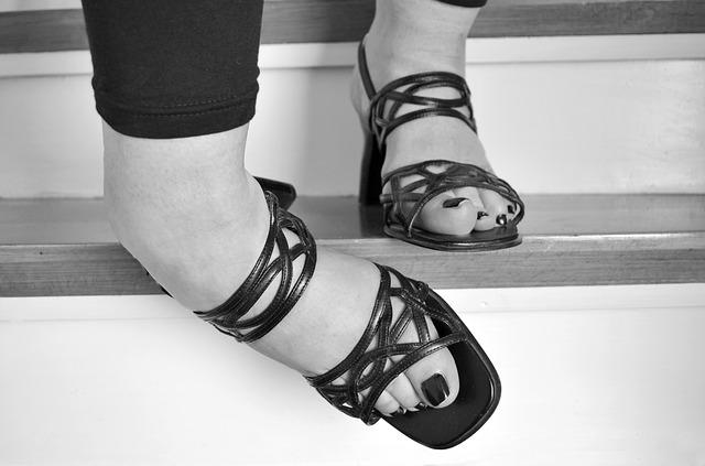 žena, která si zvrtla nohu na schodech