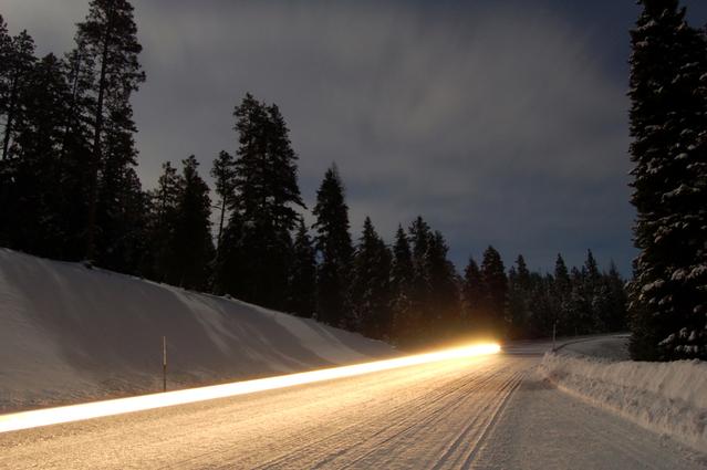 večerní jízda v zasněženém terénu