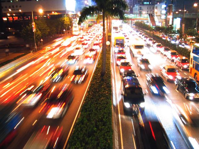velmi hustý večerní městský provoz