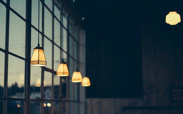 řada rozsvícených stropních svítidel
